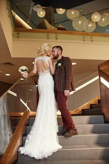 電車と新郎のシックなロングドレスの花嫁