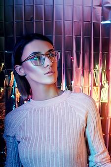 ネオン色の反射メガネの肖像画の女性