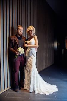 幸せなカップルがハグし、結婚後にキスをした