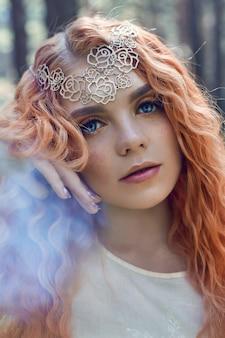Сказочный портрет рыжеволосой девушки на природе