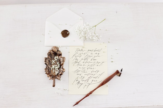 女の子は彼女の最愛の人の家のテーブルに手紙を書く