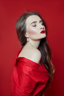 赤いドレスの女のファッションの肖像画