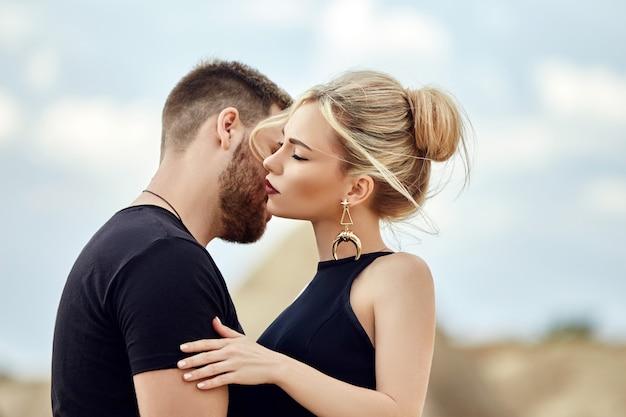 Влюбленная восточная пара в горах каппадокии