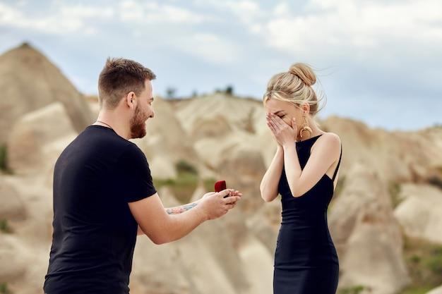 男は彼のガールフレンドに結婚提案をします