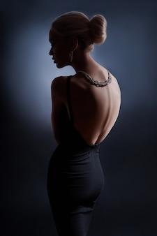 コントラストファッション女性の肖像画のシルエットバック