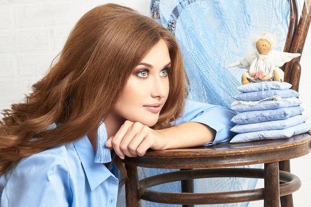 青いシャツを着た女性のファッションアート写真