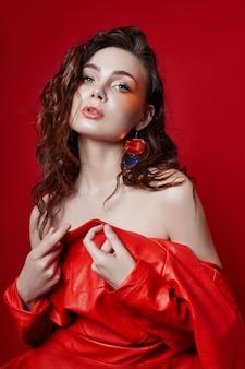 赤い革のジャケットの女性のファッションの肖像画