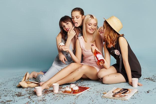 女性が楽しんで休日のパーティーを祝うケーキを食べる