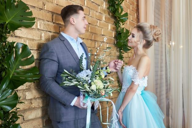 新婚カップル、結婚式前にカップルを愛する