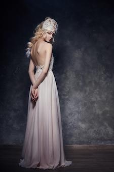 この美しい長いイブニングドレスの妖精の王女