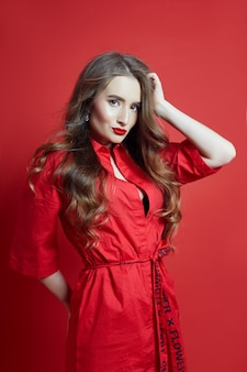 美しい赤いドレスの女性のファッションの肖像画