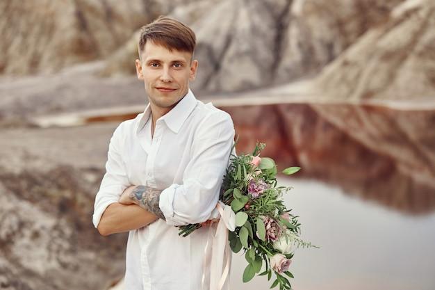白いシャツと花の花束の男