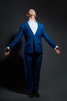 男性ビジネススーツマネージャーのコントラストの肖像