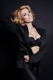 ポートレートセクシービジネス女性ブロンドブラックジャケット