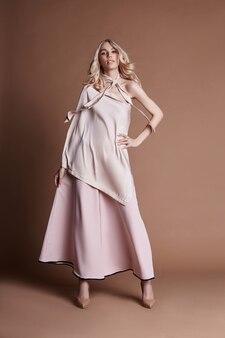 ドレスのセクシーな豪華な女性。秋のコレクション