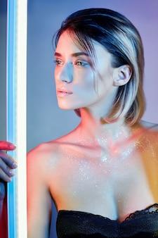 ランジェリーのネオンの光でセクシーな女性。ネオンライト