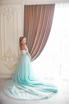 高級ファッション妊娠中の金髪の女性のウェディングドレス