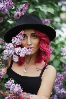 赤い髪と大きな帽子春のファッションの女の子