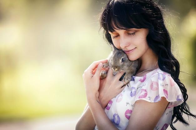 公園でウサギとドレスの少女