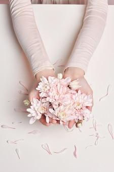 夏のドレスと彼女の手で花のファッションアート肖像女性
