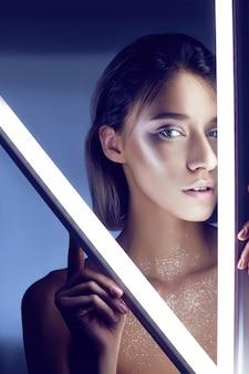 ランジェリーのネオンの光でセクシーな女性。ネオンと光のまぶしさ