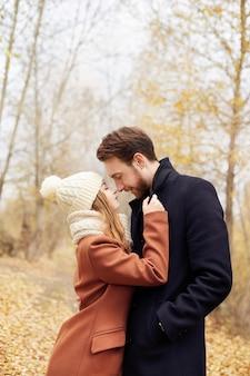 秋の公園を歩く愛のカップル、涼しい秋の天気