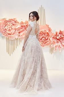 美しい高価なウェディングドレスの豪華な女性の花嫁