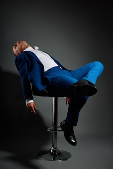 高価なビジネススーツの男性ビジネスマンのコントラストの肖像画