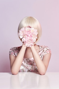 Мода арт портрет женщины в летнее платье и цветы в руке