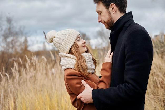 Влюбленная пара, прогулки в парке осенью объятия и поцелуи.