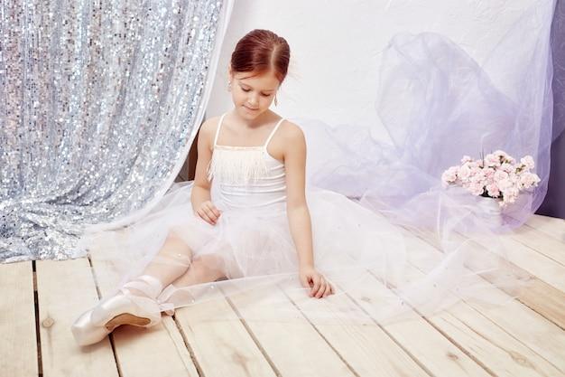 白いボールガウンと靴の女の子