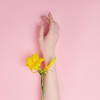 明るい黄色の花のファッションモデル手