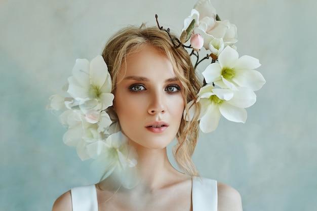 宝石、長い白いドレスを着た少女の肖像画を持つ完璧な花嫁。
