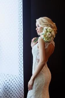 Утренняя невеста. женщина в белом свадебном платье