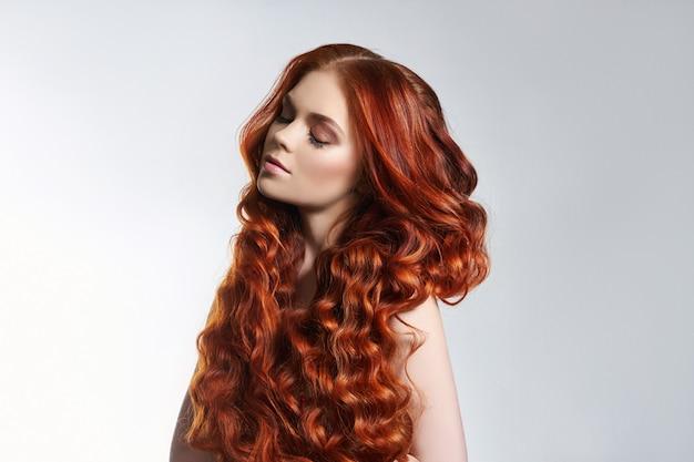女性の髪の創造的な明るい色付け、髪の根の注意深いケア。
