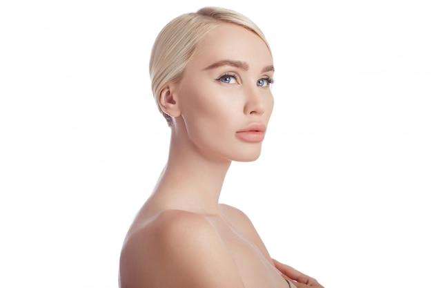 女性のきれいな肌の顔と体。天然化粧品