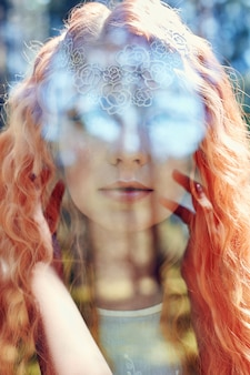二重露光を持つ女性の肖像画