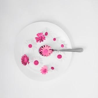 女性と美しい春の花のプレート、手とスキンケア、自然化粧品、夏の花エキス