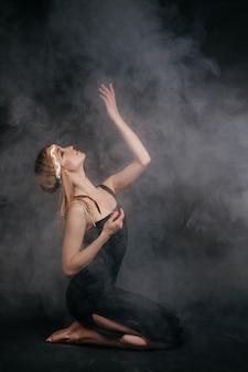 煙の中のアメリカインディアンの服装の女性