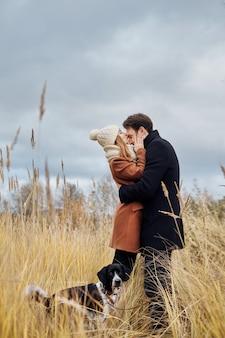 Влюбленная пара целуется в парке