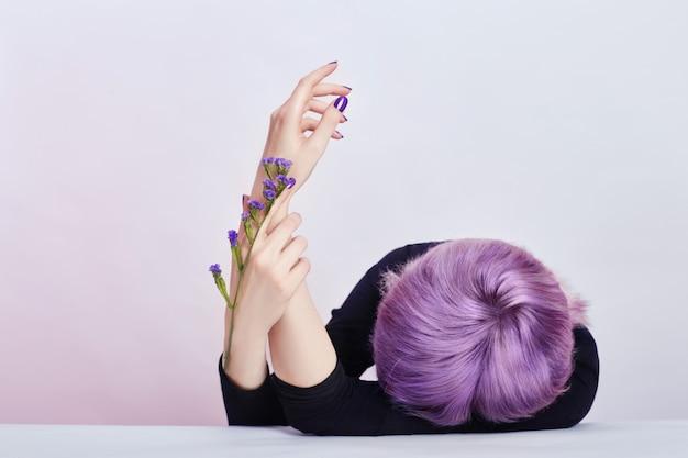 紫色の髪と夏の少女美しい手
