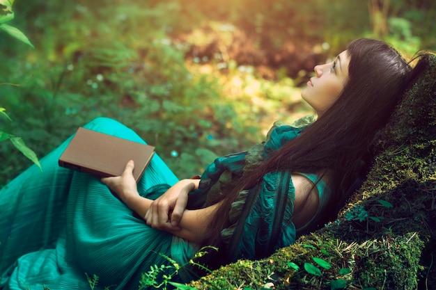 森の中で美しい女性