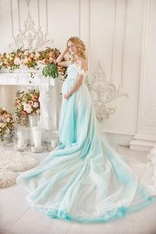 妊娠中の花嫁のブロンドは、母親と妻になります