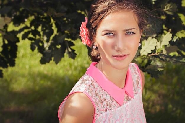 村の美しいロシアの女の子。ロマンチックで優しい方法