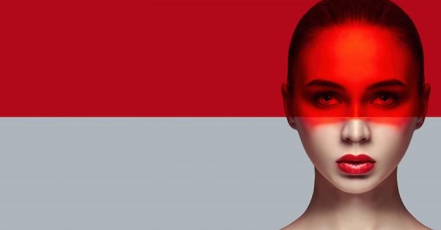 モックアップ完璧で完璧な肌とナチュラルメイク、スキンケア、ナチュラルコスメ。長いまつげと大きな目、顔に赤いフィルム。美しい魅力的なヌード女性。ファッションアート写真。顔の自然化粧