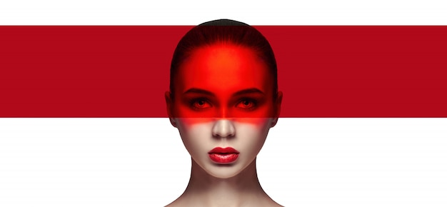完璧な肌とナチュラルメイク、スキンケア、ナチュラルコスメ。長いまつげと大きな目、顔に赤いフィルム。美しい魅力。
