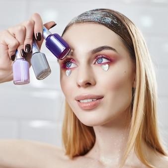 広告メイク美しいふっくら唇明るいピンク色、女性に見える、美容室。広告フェイスケア、完璧な唇、ファッション美容メイクや化粧品