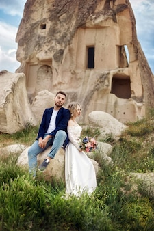 愛のカップルは、自然の素晴らしい山で抱擁し、キスします。