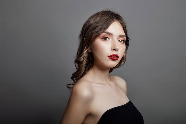 Женщина с большим красным цветком в волосах. коричневые волосы