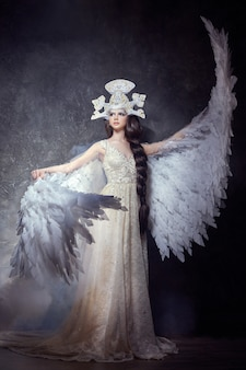 アートエンジェルガールは、妖精のイメージを羽ばたきます。白鳥の王女